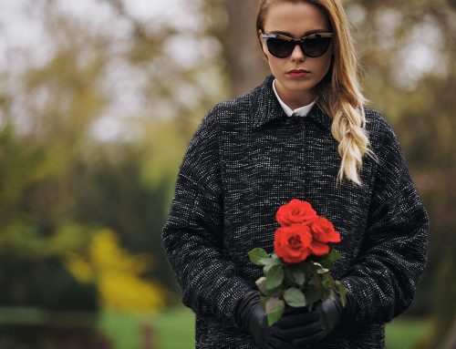 Una rosa sobre cada féretro